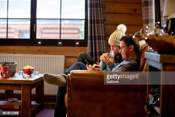 ontspannen op de bank met zijn vrouw - bank zitmeubels stockfoto's en -beelden