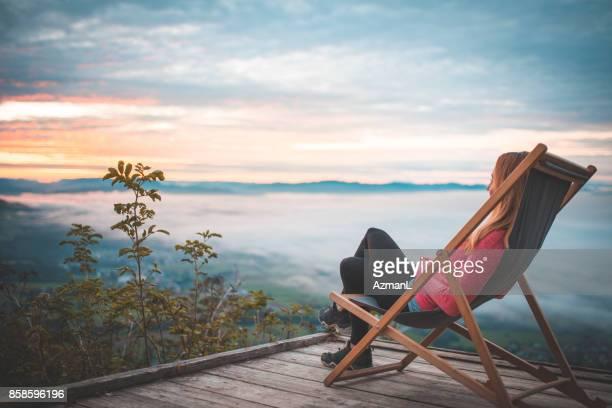 relaxando no topo - cadeira dobrável - fotografias e filmes do acervo