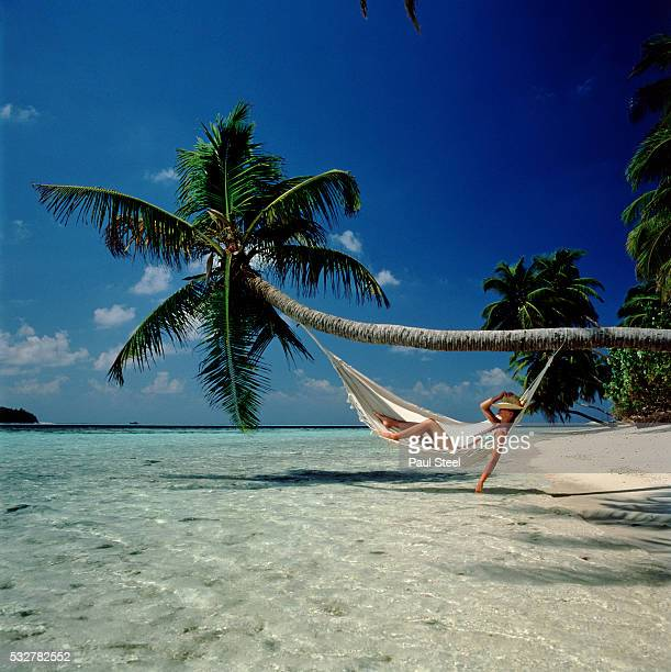 relaxing on tropical beach - idyllic photos et images de collection