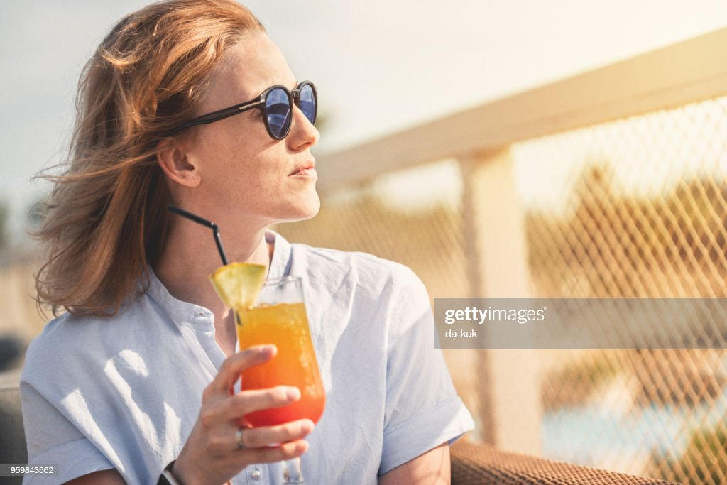 Relaxing on vacation with cocktail at sunset : Foto de stock