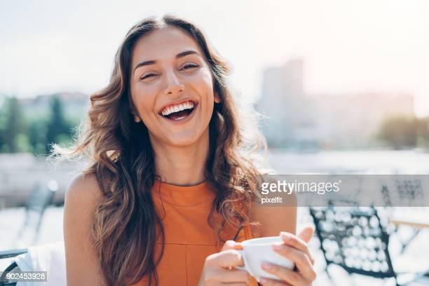 Relajarse al aire libre en sol café