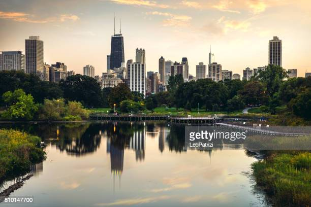 relaxing sunset in chicago - downtown district skyscrapers - skyline - chicago stock pictures, royalty-free photos & images