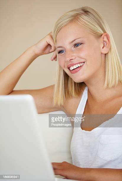 relaxante com a sua ligação à internet rápida - sentar se imagens e fotografias de stock