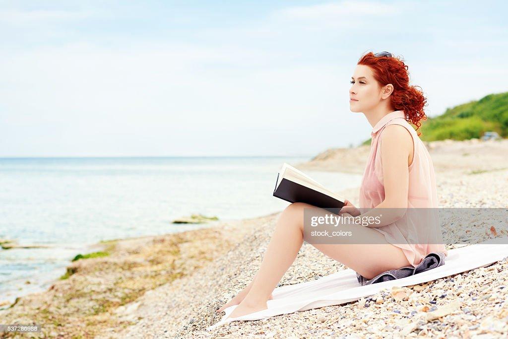 Se détendre avec un bon livre à l'heure du printemps : Photo