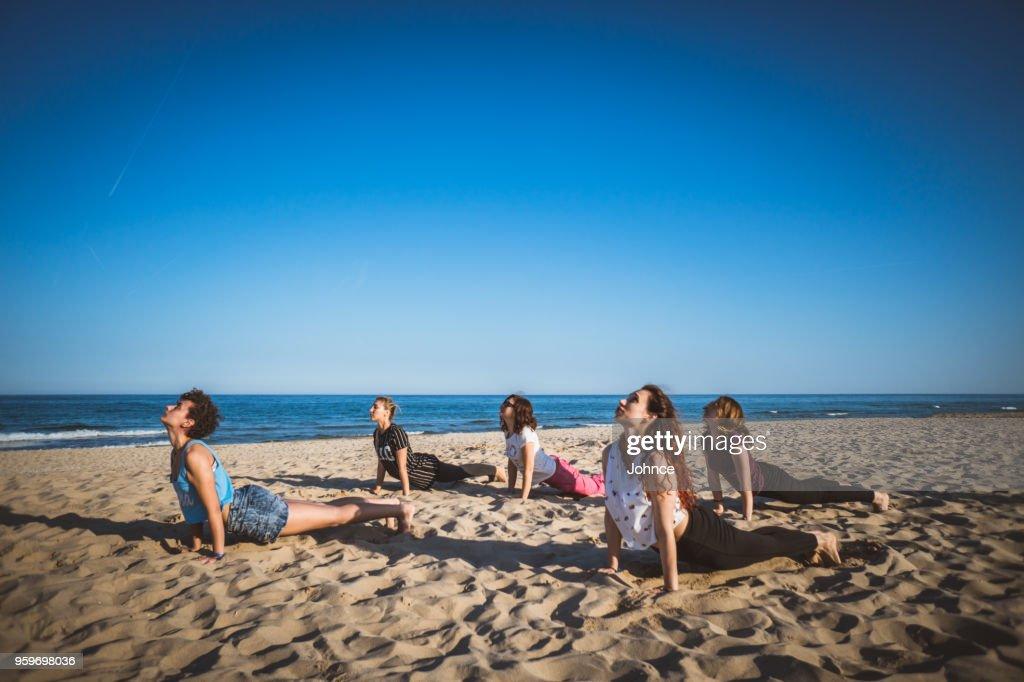 Entspannung mit Yoga am Strand : Stock-Foto