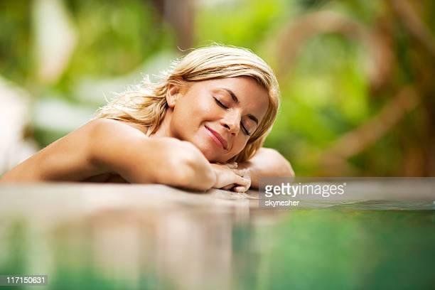 mujer relajante cerca del agua en la naturaleza. - mujer desnuda naturaleza fotografías e imágenes de stock