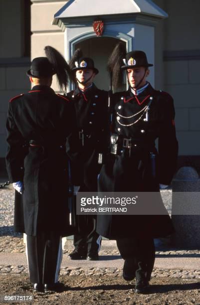 Releve de la garde devant le palais royal d'Oslo Norvege