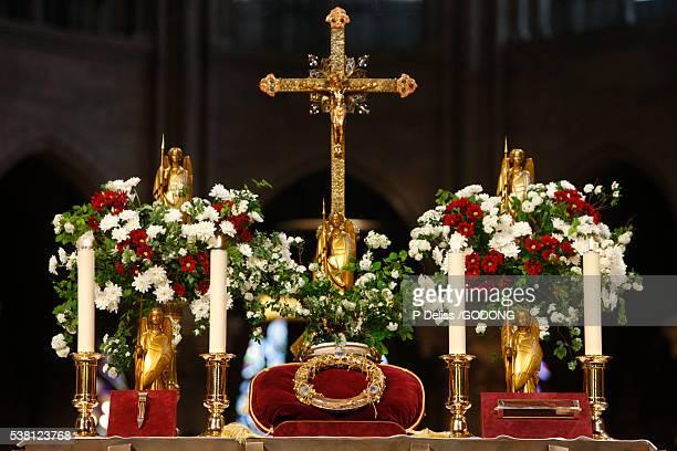relics on display - キリストの十字架 ストックフォトと画像