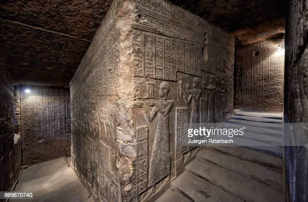 reliefs at circular staircase dendera temple complex - tempelcomplex van dendera stockfoto's en -beelden
