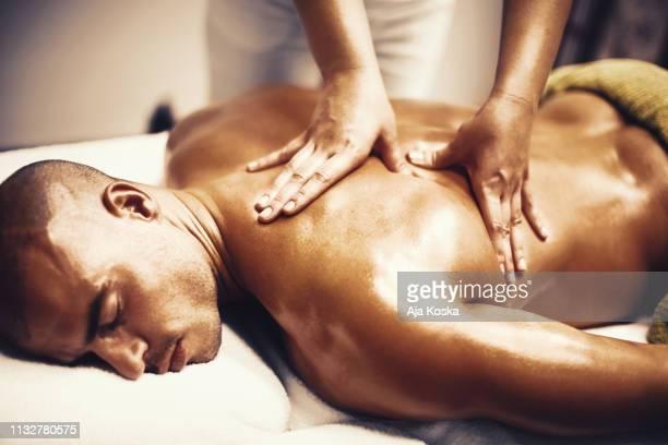 aliviar la tensión muscular. - masaje hombre fotografías e imágenes de stock