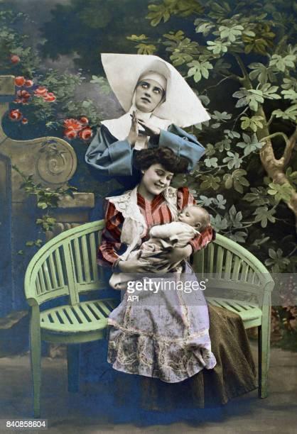 Religieuse avec une jeune maman et son bébé dans un parc