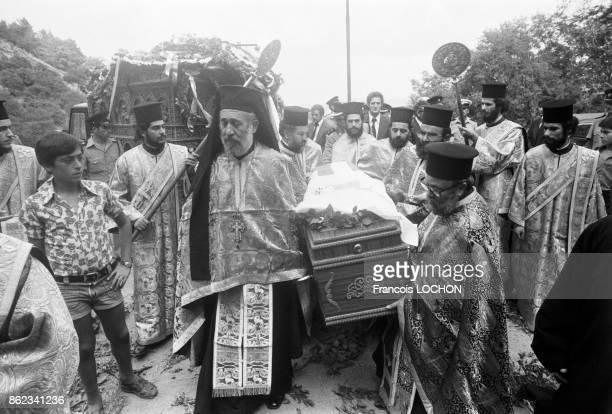 Religieux transportant le cercueil de Mgr Makarios l'archevêque de Chypre et président de république lors de ses obsèques à Nicosie le 8 aout 1977...
