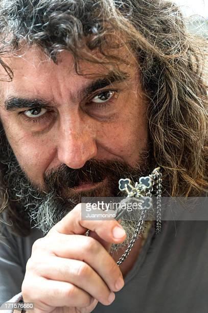 Religieux homme barbu tenant un crucifix