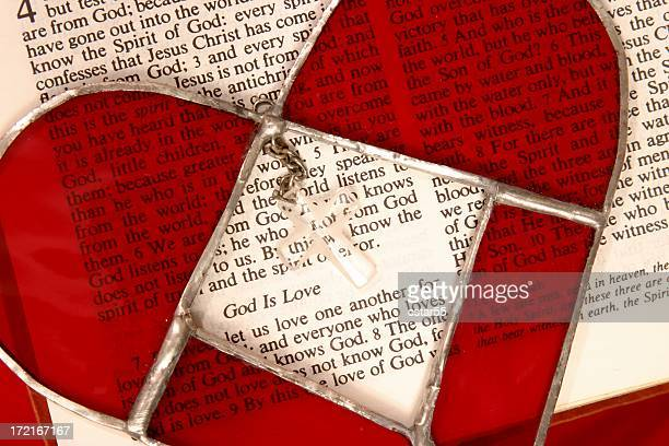 religieux: bible scripture dieu est amour avec vitrail cœur - dieu photos et images de collection