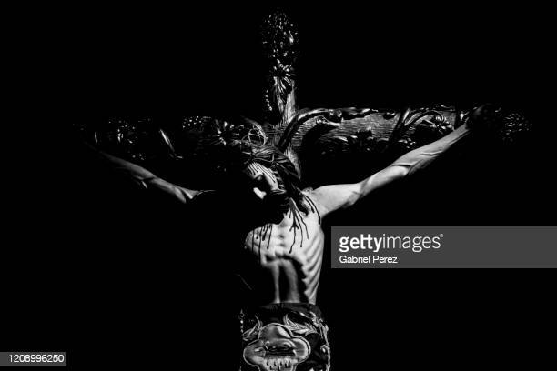a religious image of the crucifixion of jesus christ - karfreitag stock-fotos und bilder