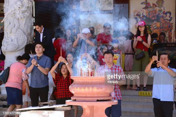 神殿の前にいる宗教の人々 - 復活徹夜祭 ストックフォトと画像