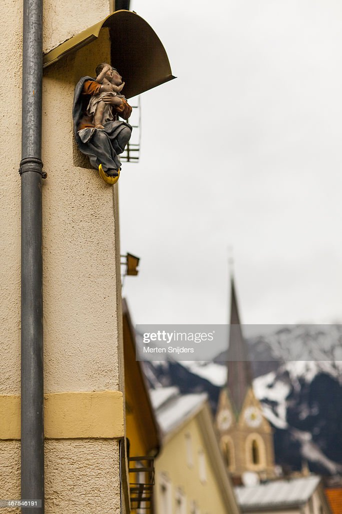Religious sculptures on street corners : Stockfoto