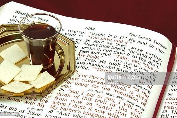 religieux: le lord s dîner avec une bible ouverte - saint sacrement photos et images de collection