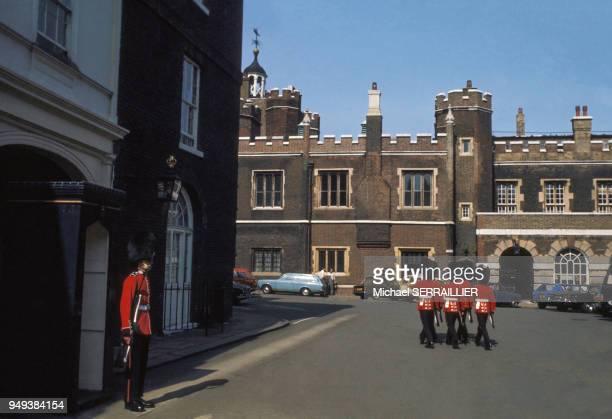 Relève de la garde du palais Saint James à Londres RoyaumeUni
