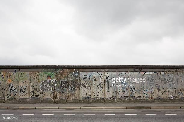 remaining stretch of the berlin wall - graffiti foto e immagini stock