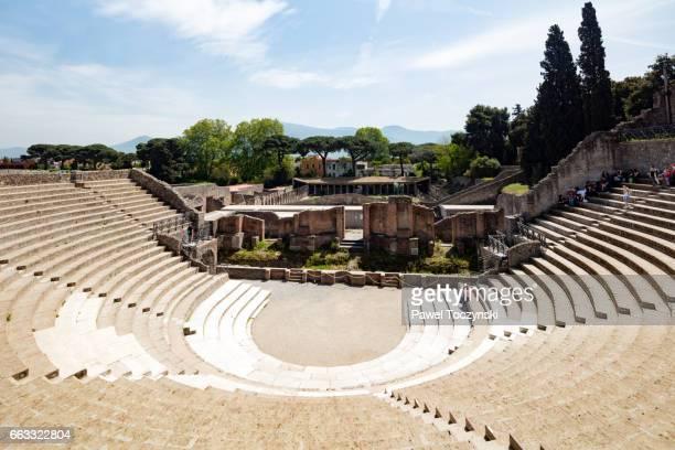 remains of a roman amphiteater in pompeii overlooking mount vesuvius - archeologia foto e immagini stock