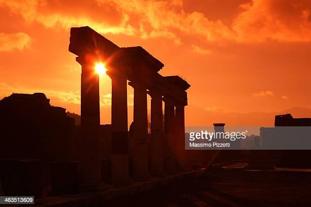 remains of columns at the forum in pompeii - massimo pizzotti foto e immagini stock