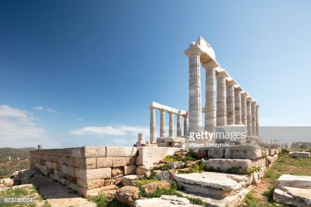 remains of the temple of poseidon on cape suonion, greece - tempel stock-fotos und bilder