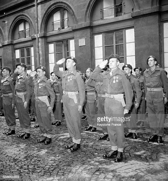 Remise de de la légion d'honneur aux membres du Commando Kieffer lors d'une prise d armes au ministere de la marine à Paris au centre le commandant...