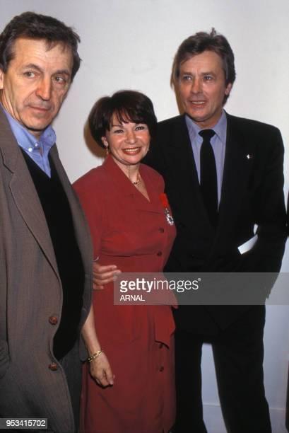 Remise de la Légion d'Honneur à l'actrice Françoise Arnoul en compagnie de CostaGavras et Alain Delon en mars 1991 à Paris France