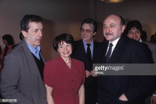 Remise de la Légion d'Honneur à l'actrice Françoise Arnoul en compagnie de Costa Gavras Alain Delon et Georges Kiejman en mars 1991 à Paris France