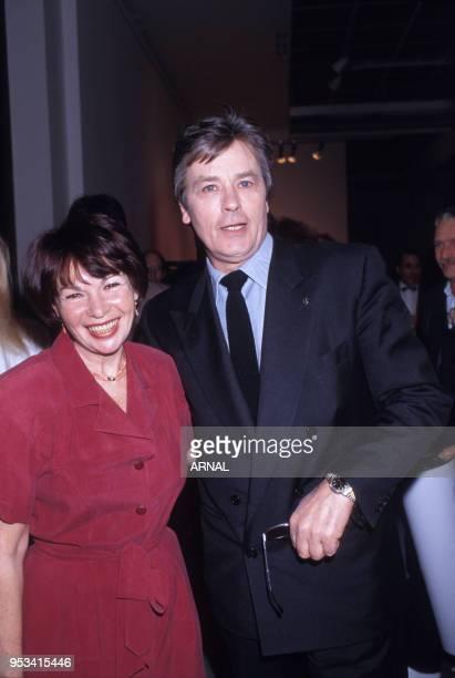 Remise de la Légion d'Honneur à l'actrice Françoise Arnoul en compagnie d'Alain Delon en mars 1991 à Paris France