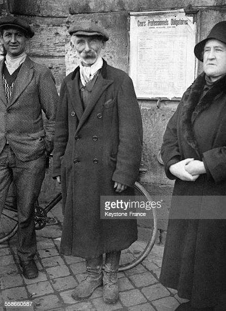 Remise de récompenses aux sauveteurs des victimes du crash du dirigeable britannique R101 par Lord Tyrell à Beauvais France circa 1930