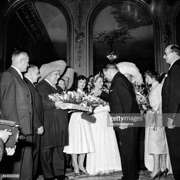 Remise du muguet portebonheur par les Forts des Halles au Président de la République René Coty au palais de l'Elysée à Paris France le 1er mai 1956