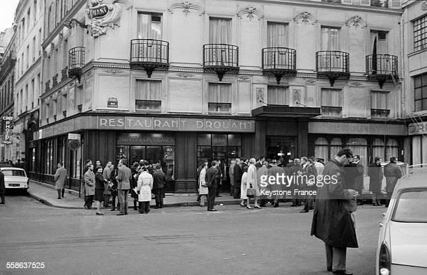Remise du Prix Renaudot à Georges Perec pour son livre 'Les Choses' au restaurant 'Chez Drouant' à Paris France le 22 novembre 1965