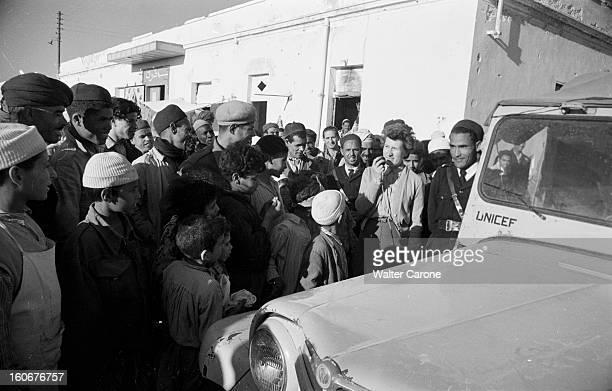 Remnants Of World War Ii In Tobruk Libye Mai 1954 Suites de la deuxième guerre mondiale reportage dans la ville de Tobrouk Habitants regroupés devant...