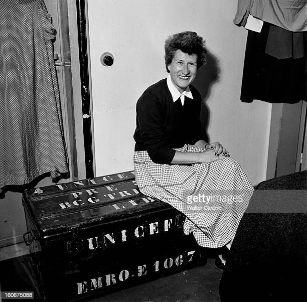 Remnants Of World War Ii In Tobruk Libye Suite à la seconde guerre mondiale reportage dans la ville de Tobrouk Femme de l'UNICEF assise sur une...