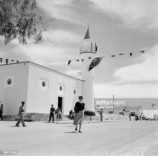 Remnants Of World War Ii In Tobruk Libye Suite à la seconde guerre mondiale reportage dans la ville de Tobrouk Femme de l'UNICEF marchant devant une...