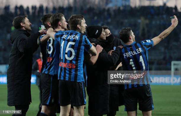 Remo Freuler of Atalanta BC celebrates with his teammates with a selfie at the end of the Serie A match between Atalanta BC and Parma Calcio at...