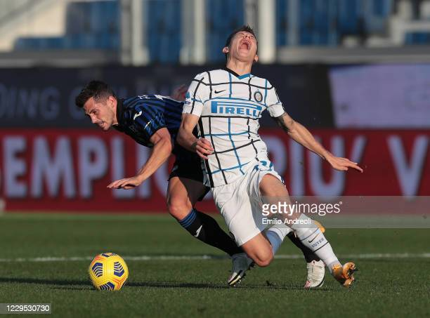Remo Freuler of Atalanta BC competes for the ball with Nicolo Barella of FC Internazionale during the Serie A match between Atalanta BC and FC...