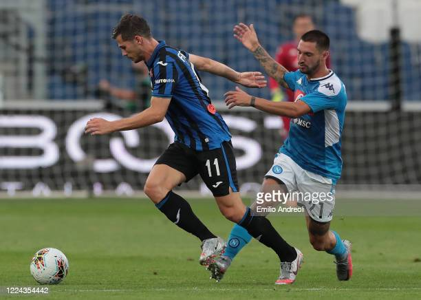 Remo Freuler of Atalanta BC is challenged by Matteo Politano of SSC Napoli during the Serie A match between Atalanta BC and SSC Napoli at Gewiss...