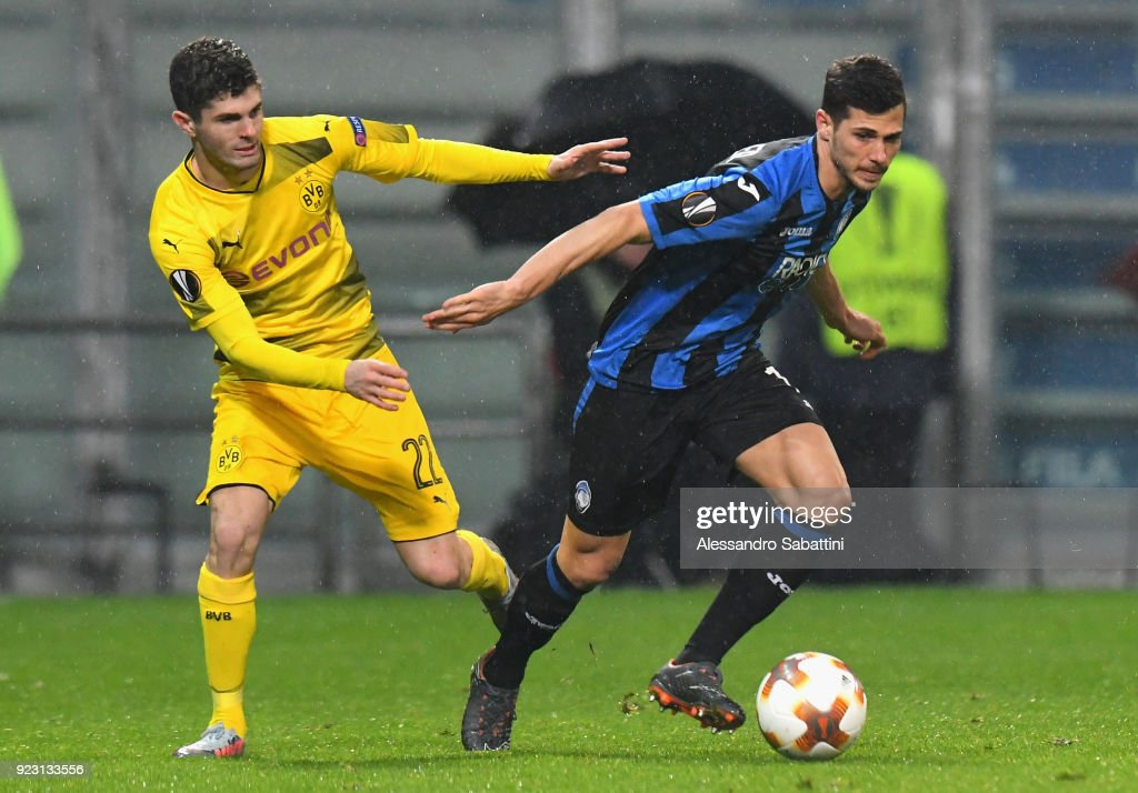 Remo Freuler of Atalanta competes for the ball whit Christian Puliic of Borussia Dortmund during UEFA Europa League Round of 32 match between Atalanta and Borussia Dortmund at the Mapei Stadium - Citta' del Tricolore on February 22, 2018 in Reggio nell'Emilia, Italy.