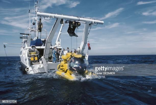 Remora 2000 submarine put into the water in order to start the photogrammetric program Mise à l'eau du sousmarin rémora 2000 en vu de réaliser la...
