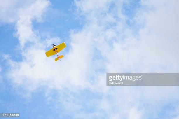 Controlo Remoto de avião a voar alto no Céu