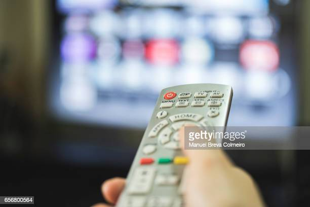 remote control and smart tv - kanaal stockfoto's en -beelden