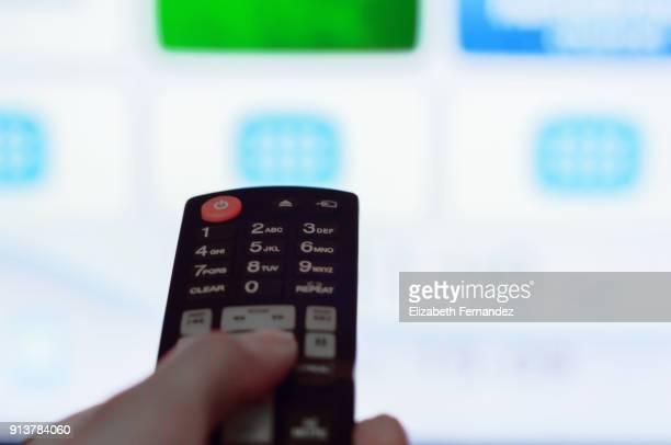 remote control and smart tv - programa de televisão imagens e fotografias de stock
