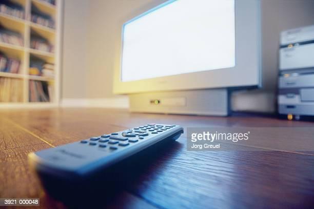 remote control and television - tela grande - fotografias e filmes do acervo