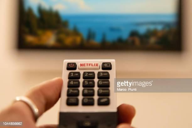 tv-fjärrkontroll med netflix-knapp - television show bildbanksfoton och bilder