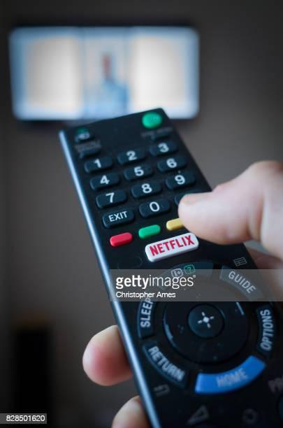 tv remote control with netflix button - parte de uma série imagens e fotografias de stock