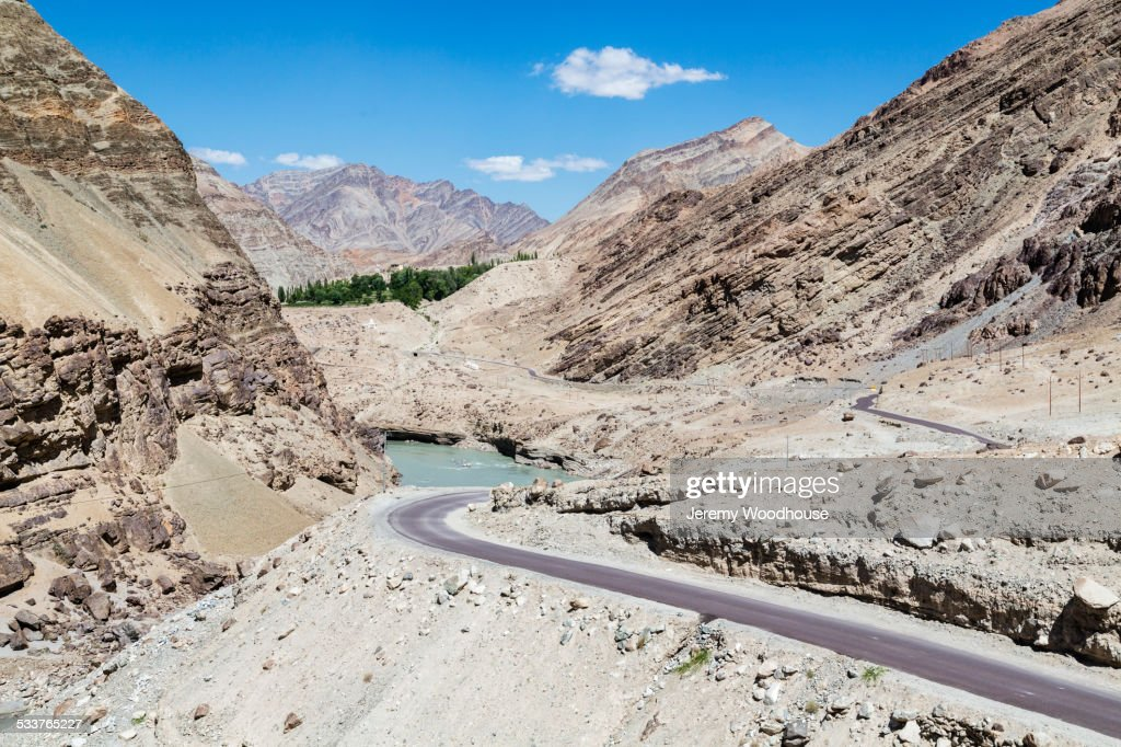 Remote road in rocky mountain valley : Foto stock