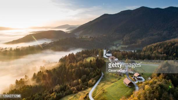remote village på morgonen från hög vinkel vy - slovenien bildbanksfoton och bilder